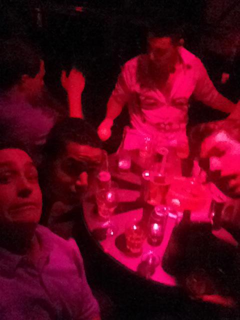 Människor runt ett bord på en nattklubb-